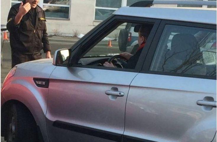 Автоледи необычно отомстила девушке, заблокировавшей ее машину во Владивостоке