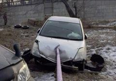 Во Владивостоке иномарка протаранила перила детской площадки