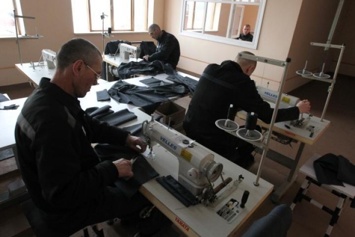 В Приморье сотрудник колонии вынудил осужденного сделать ремонт в кабинете