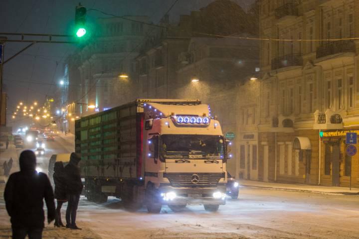В Приморье перевернулся грузовик с алкоголем