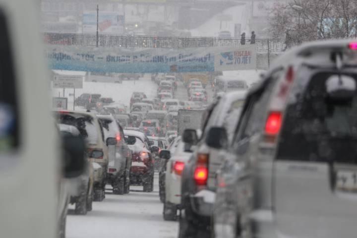 Во Владивостоке дама на джипе не хотела стоять в пробке и нашла выход