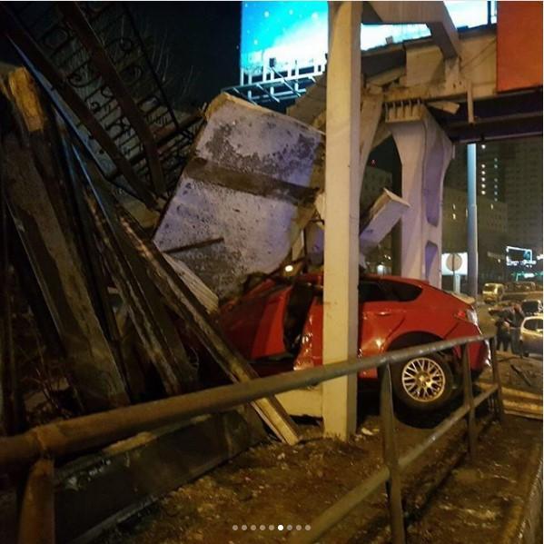 В результате ДТП часть надземного перехода обрушилась во Владивостоке