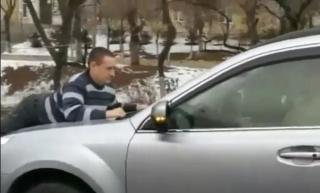 Пенсионер украл кусок сыра и прокатил охранника на капоте во Владивостоке