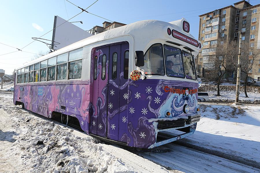 Новогодние трамвай и троллейбус вышли на линии во Владивостоке