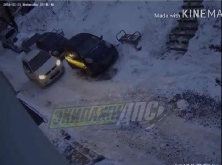 Пьяная жительница Владивостока едет с утренника и бьет припаркованные авто