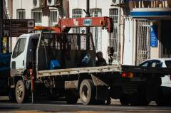 Во Владивостоке неуклюжий водитель эвакуатора уронил фонарный столб на дорогой внедорожник