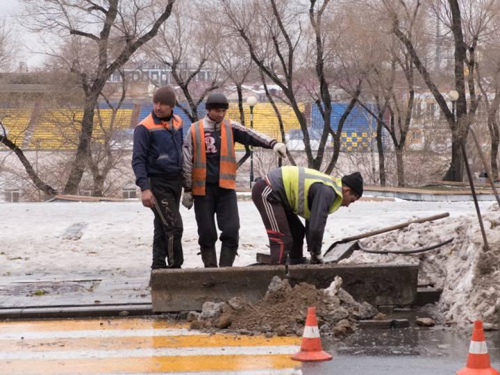 Подрядчиков Владивостока наказали за ремонт дорог во время непогоды