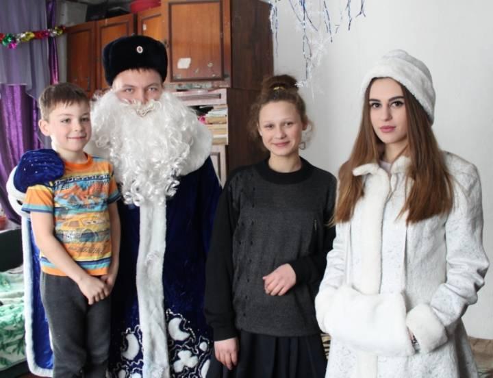ВИзобильном «Полицейский дедушка Мороз» навестил детей, расположившихся в трудном социальном положении