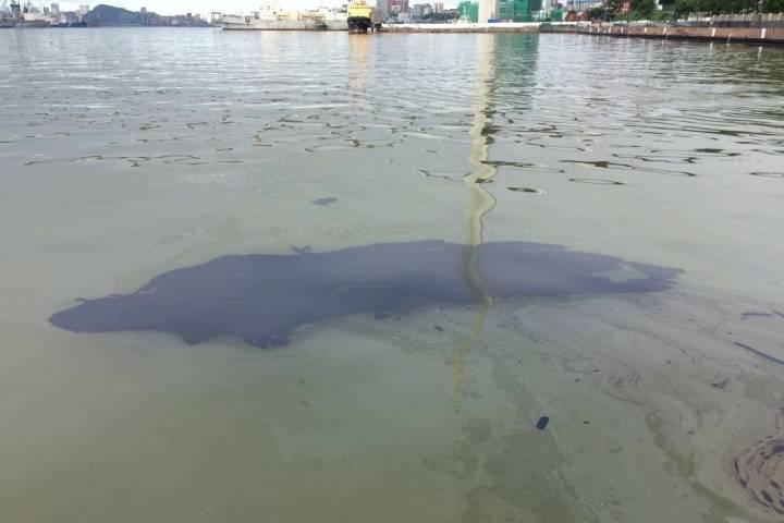 Разлив нефтепродуктов ликвидирован врыбном порту Владивостока