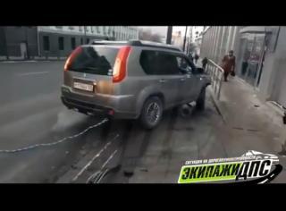Кроссовер влетел на тротуар через ограждение в центре Владивостока