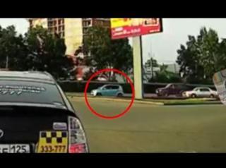 Фото: кадр из видео   Сказали, из какого ряда можно поворачивать на перекрестке с круговым движением
