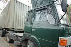 Фото: Илья Евстигнеев   Фура опрокинулась на припаркованный грузовик во Владивостоке