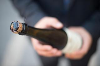 Деньги, телефон и бутылку шампанского похитил злоумышленник в Приморье