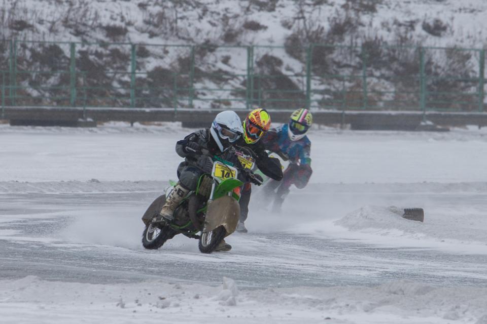 Соревнования по мотокроссу прошли на льду озера Чан