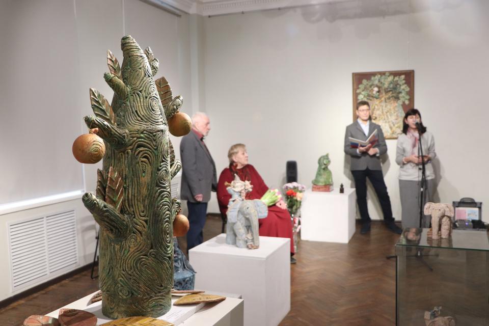 «Полеты над Золотым мостом»: во Владивостоке открылась выставка выдающихся приморских керамистов