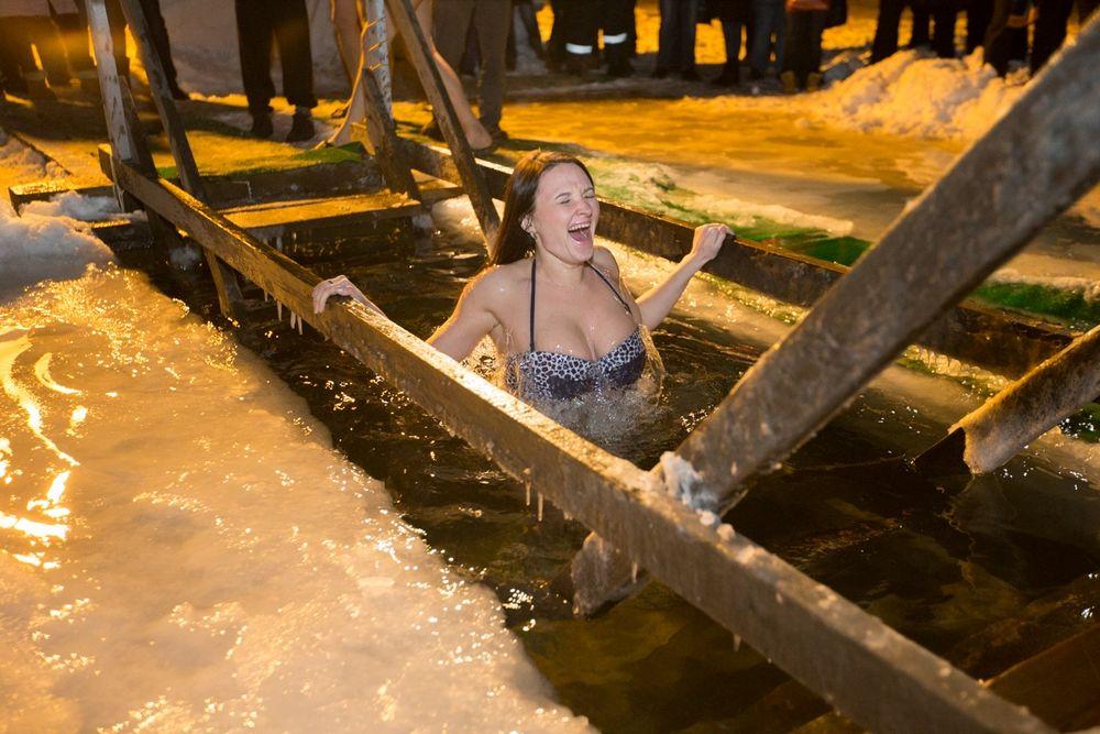 Жители Владивостока окунулись в крещенской купели