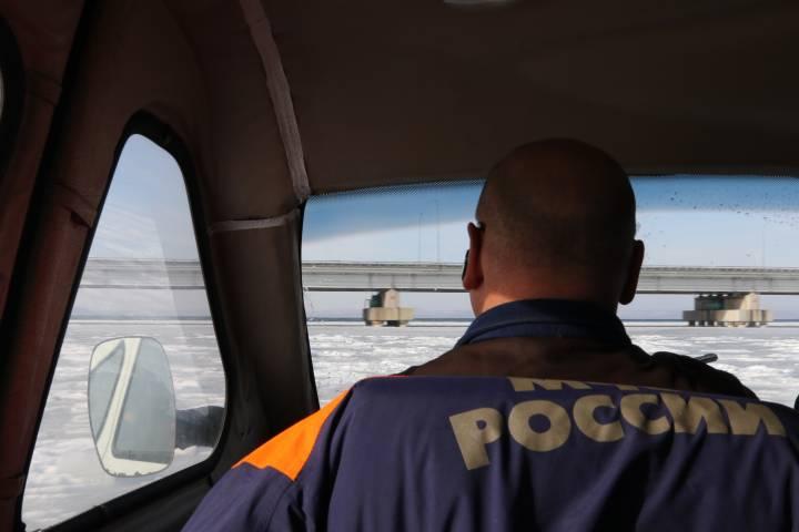 Пожарная машина частично ушла под лед нареке Уссури