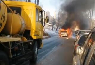 Фото: nadega.inform | Во Владивостоке прямо на дороге вспыхнуло авто