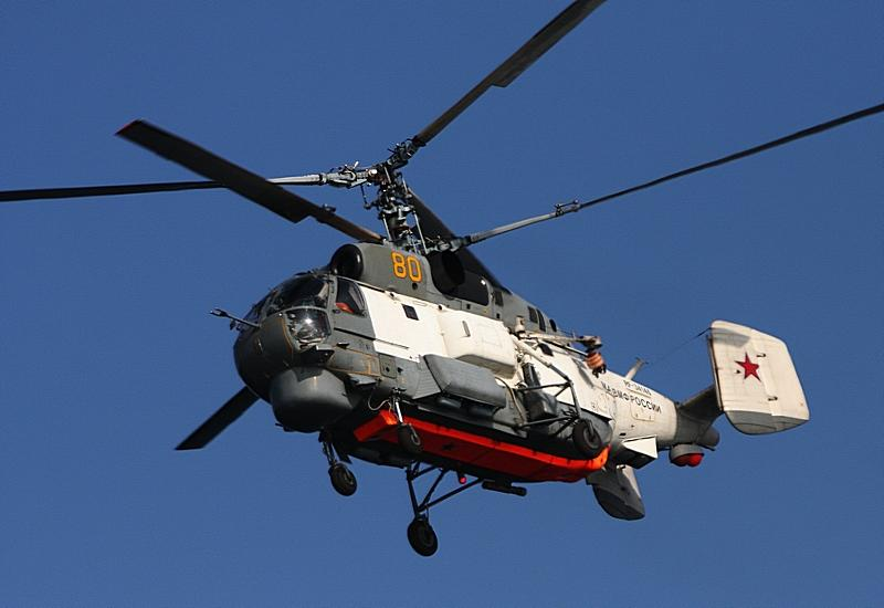 Корабль Тихоокеанского флота и вертолет «спасли» людей в воде