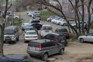 Нелегальные парковщики устроили беспредел во дворе жилого дома во Владивостоке