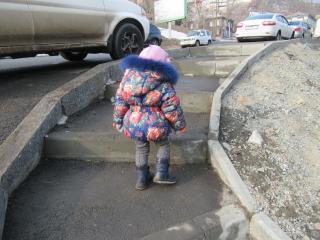 Фото: Надежда Александрова / PRIMPRESS | Выхлопные газы, стройка, гаражи: обычная дорога домой с маленьким ребенком во Владивостоке