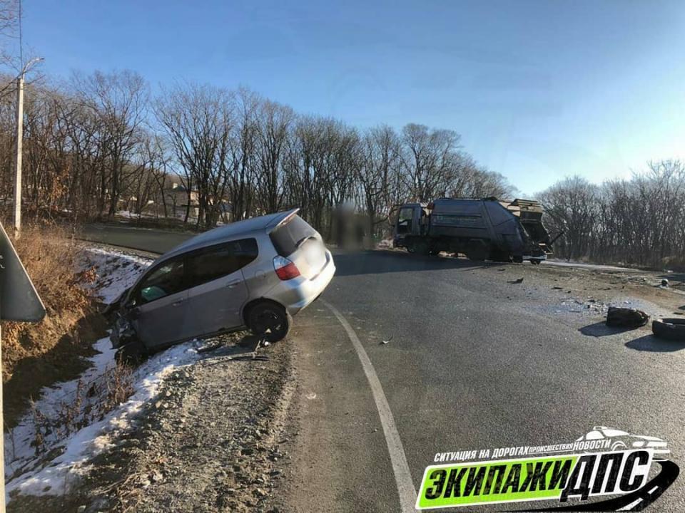 Во Владивостоке на опасной дороге «разворотило» иномарку