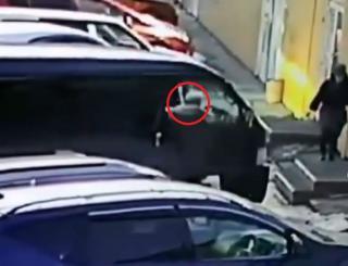 Фото: кадр из видео | «Может, кто узнает своего отца, мужа?»: шокирующий поступок приморца попал на видео