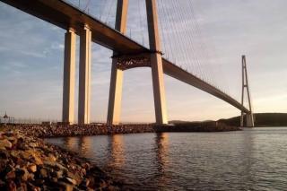 Фото: PRIMPRESS   «Прям палево»: на видео сняли, что происходит на Русском мосту во Владивостоке