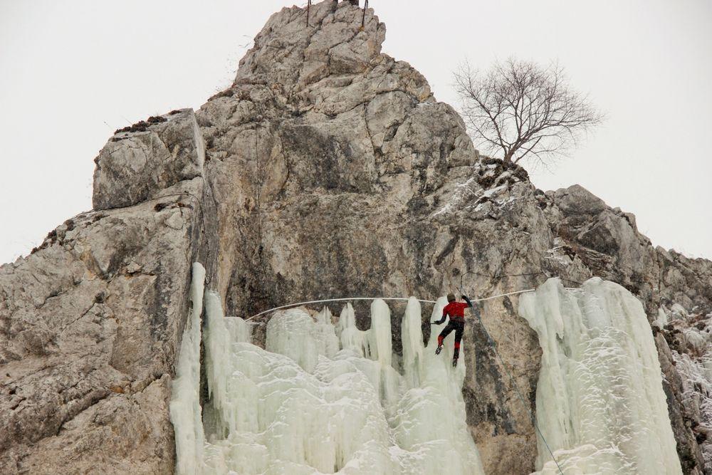 В Приморье прошел открытый чемпионат по ледолазанию