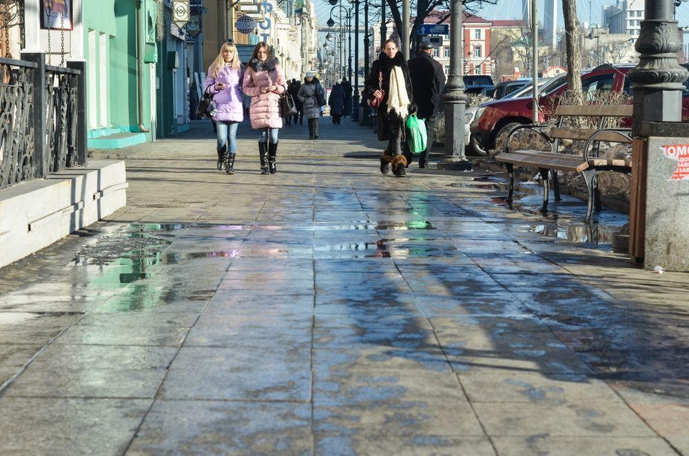 Лед на тротуарах во Владивостоке растаял от плюсовых температур