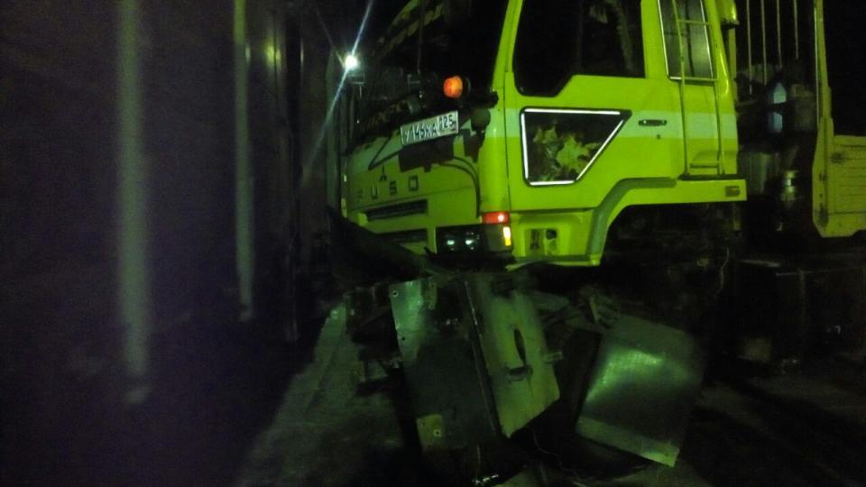 Грузовик и поезд столкнулись на  железнодорожном переезде в Приморье