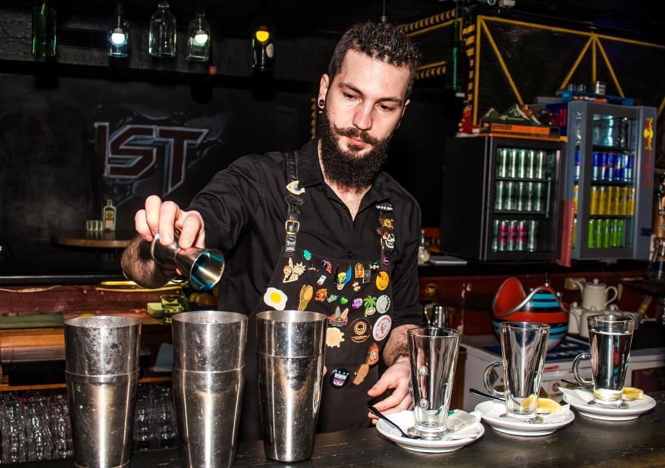 Один день с барменом: горящий коктейль, нежеланные клиенты и море креатива