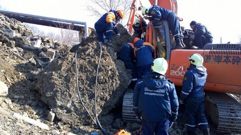 ВоВладивостоке наэкскаватор упала бетонная глыба