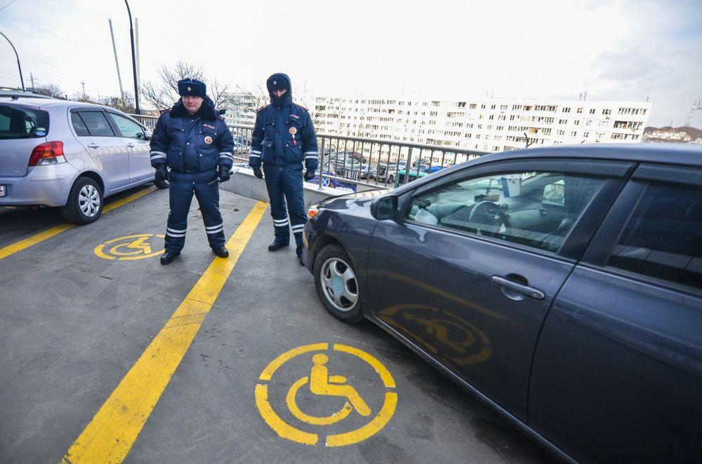 Инвалиды, сотрудники ГИБДД и общественники провели рейд на парковках для инвалидов во Владивостоке