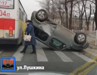 Фото: скриншот mark2_che | В одном из городов Приморья произошло ДТП с опрокидыванием