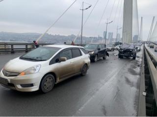 Фото: 25.мвд.рф   Заядлый нарушитель ПДД устроил массовое ДТП на Золотом мосту во Владивостоке