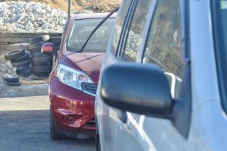 Неприятное послание оставили неизвестные на кузове дорогого автомобиля во Владивостоке