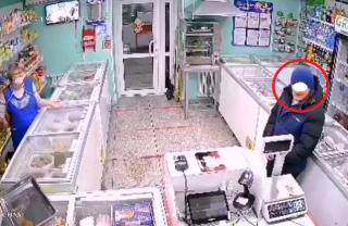 Фото: кадр из видео | «Больное животное»: камера сняла, что сделал покупатель в одном из магазинов Приморья