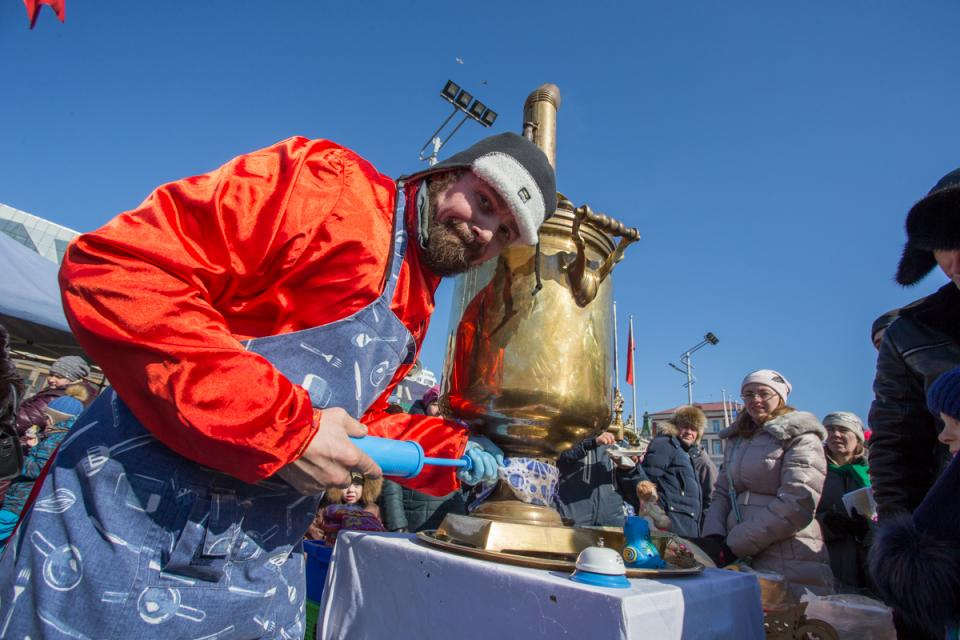 Русскими забавами и народными гуляньями отметили Масленицу жители Владивостока