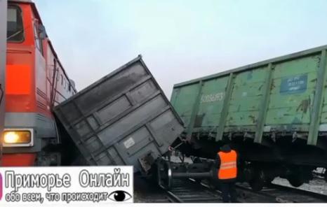 Из-за столкновения двух поездов в Приморье с рельсов сошли четыре вагона