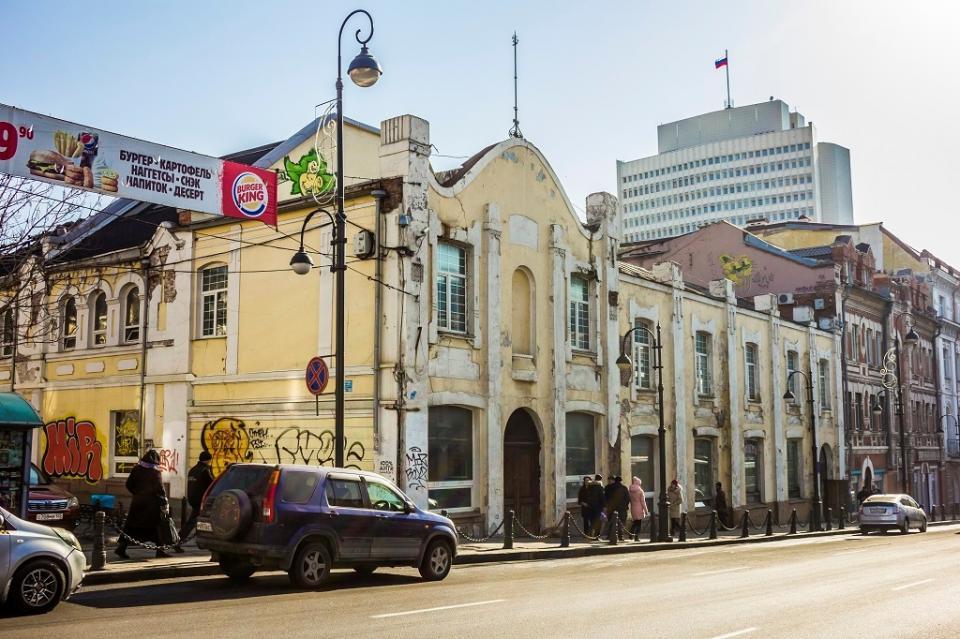 «Это разве столица?»: фасады зданий в центре Владивостока удручают своим внешним видом
