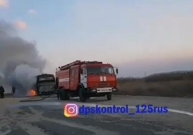 Туристический автобус сгорел в Приморье