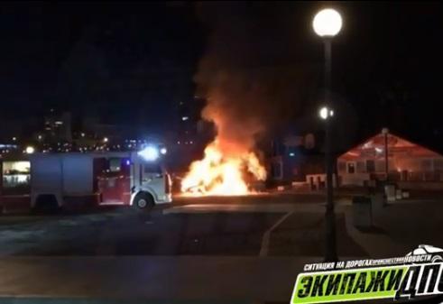 Автомобиль сгорел дотла в центре Владивостока