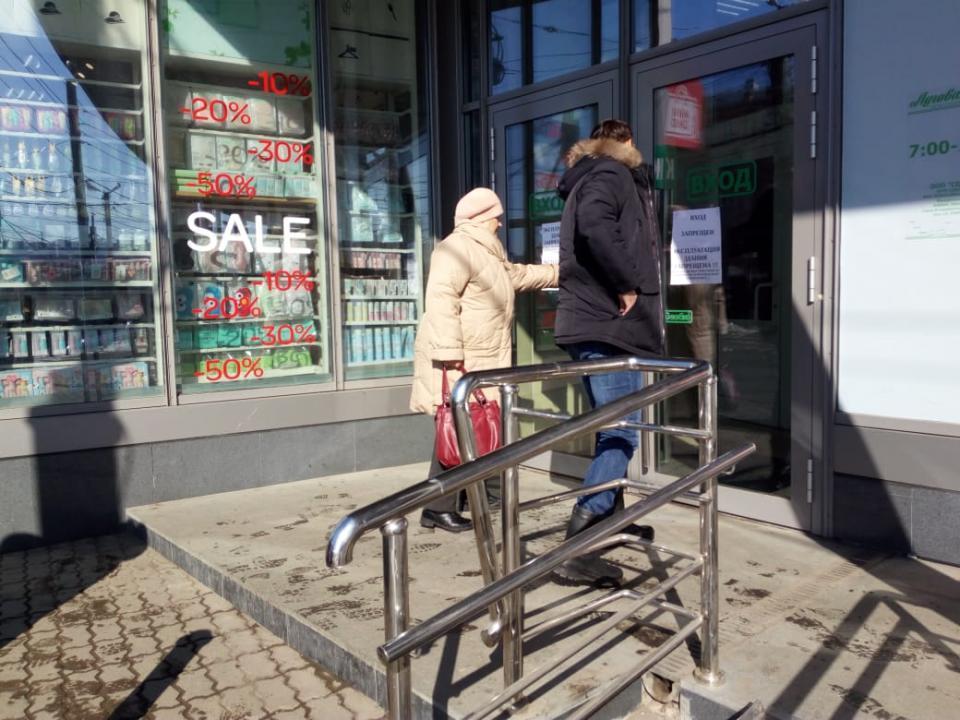 «Он что, особенный?»: в закрытом ТЦ Владивостока «выжил» один магазин