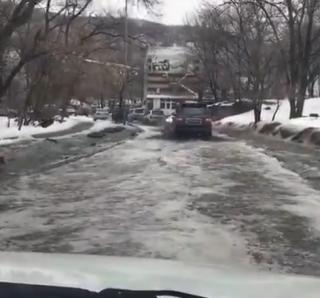 Фото: скриншот dps.control   Одна из улиц Владивостока уходит под воду