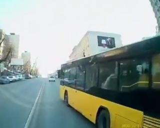 Фото: скриншот из аккаунта @dps.control | «Надо наказывать»: во Владивостоке водители автобусов вновь устраивают «бои» за пассажира