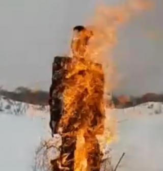 Фото: Instagram-сообщество arstv | В Арсеньеве байкеры сожгли чучело в форме сотрудника ГИБДД