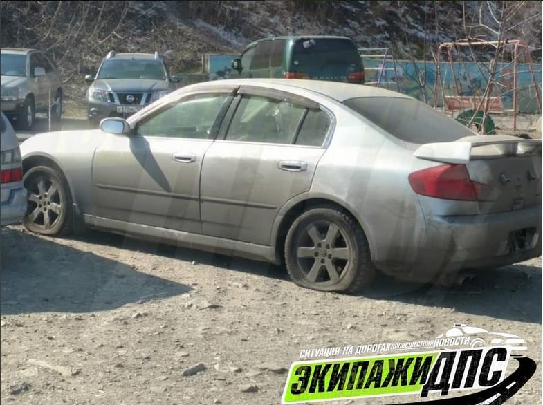 Skyline, знаменитый своими «автоподставами», обнаружили во Владивостоке со спущенными колесами