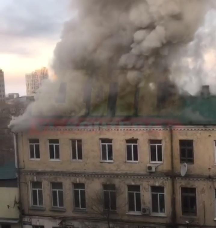 Во Владивостоке горит крыша многоквартирного жилого дома
