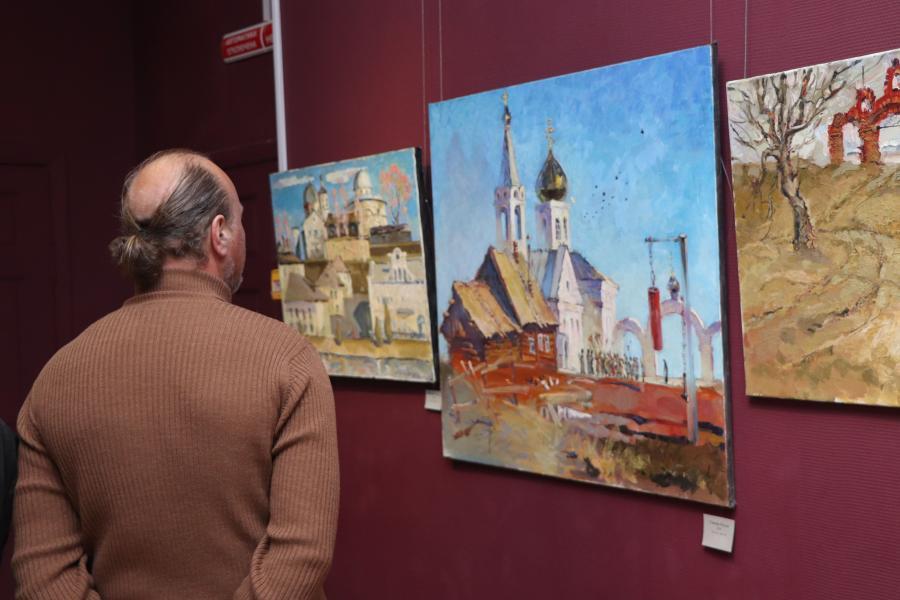 «Летят журавли»: во Владивостоке открылась выставка художника-юбиляра